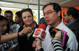 Current Colombian presidential candidate Gustavo Petro speaks with journalists in 2010.