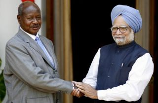 Ugandan President Yoweru Kaguta Museveni (L) and Indian Prime Minister Manmohan Singh in New Delhi