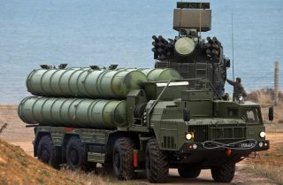 This file photo shows an S-400 Triumf surface-to-air missile system belonging to the Russian Southern Military District's missile regiment in Sevastopol in Jan. 13, 2018.