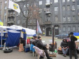 A Financial Maidan protest camp sets up shop in front of the National Bank of Ukraine.